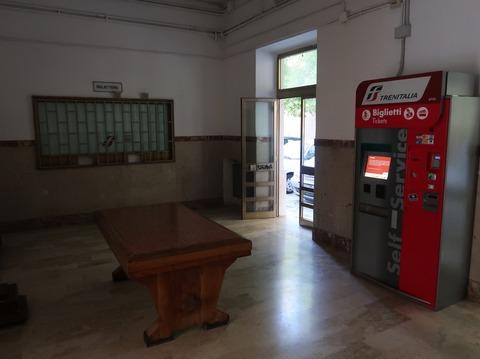 モディカ駅待合室と自動券売機Sep2018