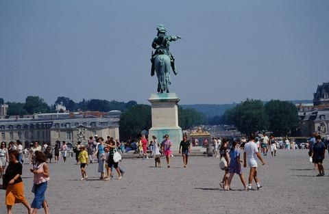 Versailles102a東を見るルイ14世像のケツ199007