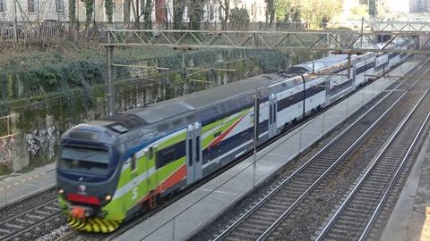 カドルナ発着の2階建通勤電車201803