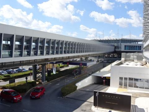 アテネのレフテリオス ヴェニゼロス空港鉄道駅連絡通路201509