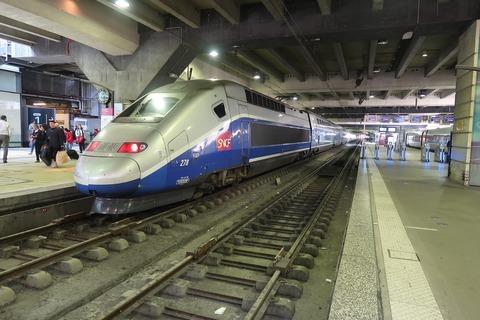 TGV2階建てと右の改札機MPNS201904