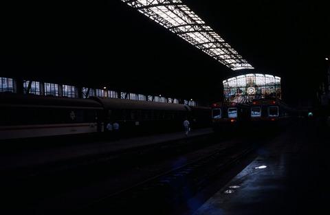 198709ビルバオアバンド駅内の近郊電車2本