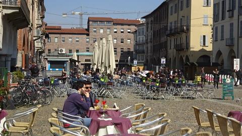 パヴィアのヴィットーリア広場とバル201803 (2)