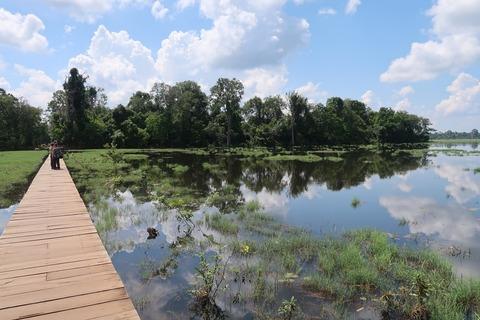 351ニャックポアン池と参道と湖