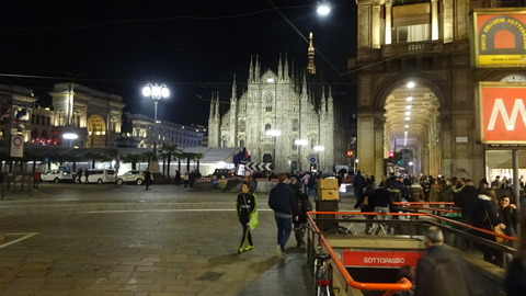 Duomo前のバリケート夜゙2018
