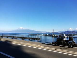 駿河湾の向こうの富士山