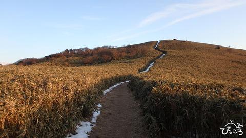 雪の残った稜線