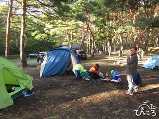 キャンプサイトでの朝食準備中