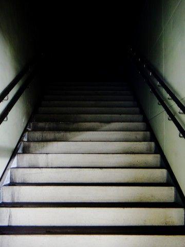 暗闇に続く階段a0002_006074