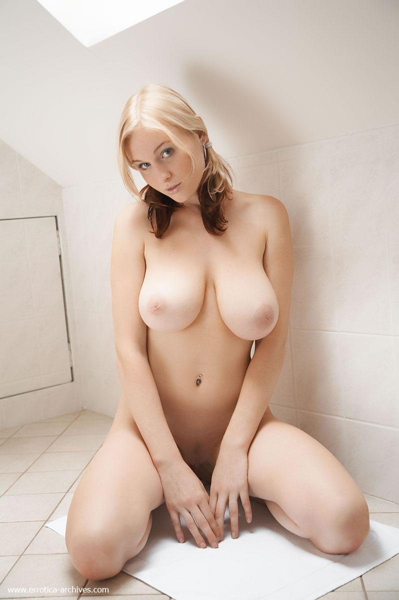 巨乳金髪美女の裸