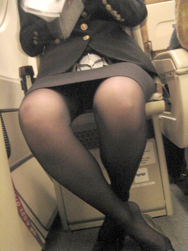 スチュワーデスが股を開いて座っている画像がエロい
