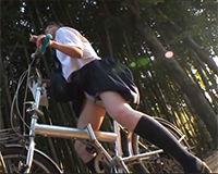 【エロ動画】自転車のサドルでオナニーしてた女の子に声かけてその場でカーセックス||