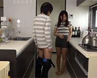 【エロ動画】旦那がいない時に人妻におちんちんの味見をしてもらう||