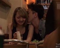 【エロ動画】飲食店で隣りに座る子のパンツの中に手を入れて感じさせてからホテルでエッチ||