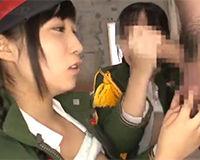 【エロ動画】敵兵の男を捕まえて性奴隷に仕立てる女軍たち!