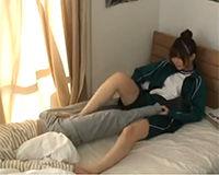 【エロ動画】無邪気な幼馴染の女の子に電気あんまされてフル勃起してしまい…