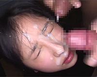 勢いよく飛び出した大量ザーメンを顔で受け止める女