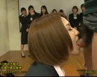 【エロ動画】スケベ女性社員がちんこをぺろぺろ