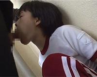 体操着の娘の頭を押さえて無理矢理フェラチオさせる!