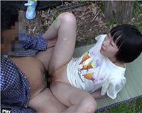 【エロ動画】人目の付かない外でたまらずセックスするおじさんと女の子