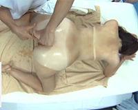 【エロ動画】日焼け跡くっきりの女の子が肌のケアのはずがいつの間にかチンコ挿れられてた