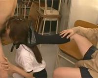 【エロ動画】足で頭を押さえつけられてイラマチオさせられるJK!||