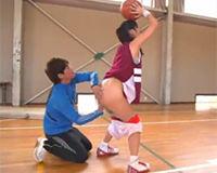 【エロ動画】バスケの個人レッスン中に性的指導も交えて満足げな女の子!
