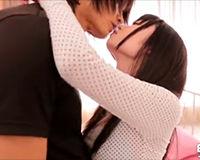 【エロ動画】背の低い女の子がガタイの良い男に軽々と扱われる