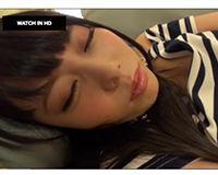 【エロ動画】泥酔してぐったりしちゃってる女子大生の身体に男たちのザーメンぶっかかりまくり||