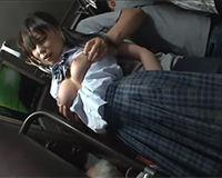 電車内で女子高生のデカチチを揉みまくってその子をお持ち帰りしてパコパコする!