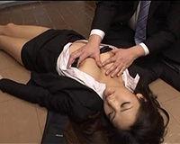 【エロ動画】泥酔して目覚めないOLを脱がして勝手に中出し!