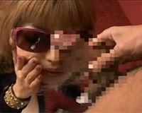 【エロ動画】サングラスをしたギャルにサングラスのままフェラ顔射