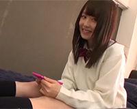 笑顔も可愛いパイパンの女子高生と自宅でパコパコする!