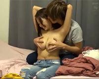 【エロ動画】スレンダーな体に鷲掴みしたくなるおっぱいがボンと出てる女の子の自宅でエッチ!||