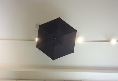 日傘を吊るす