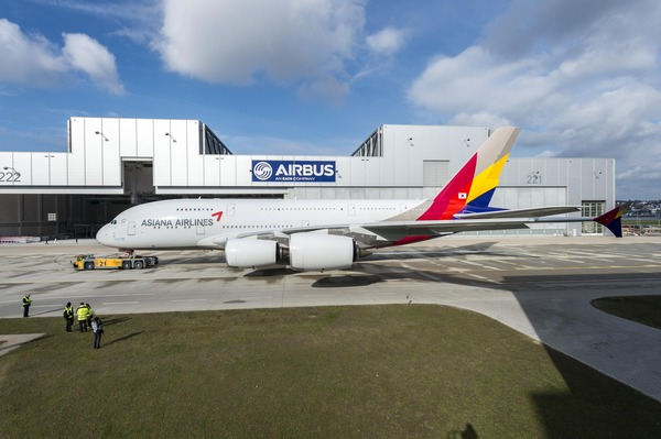 Asiana_A380_rolls_out_of_paintshop_1