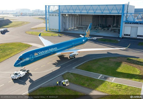 800x600_1425913020_A350-900_Vietnam_Airlines_roll_out_paintshop