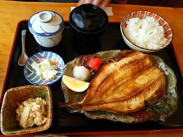 東京のリーマンがホッケ分け合って食べてる言ってて衝撃うけたわあれ一人一尾ではないの?