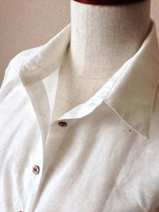 5-29手の女シャツ襟