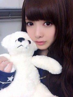 白いクマのぬいぐるみを持っている白石麻衣.jpeg