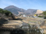 境川から鶴見岳を臨む