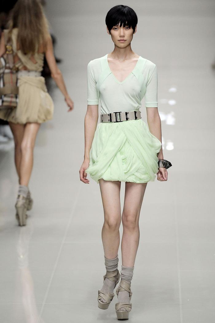 岡本多緒(Tao Okamoto)ファッションショーで乳首が見える画像    岡本多緒(Tao