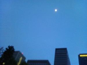 日比谷の月