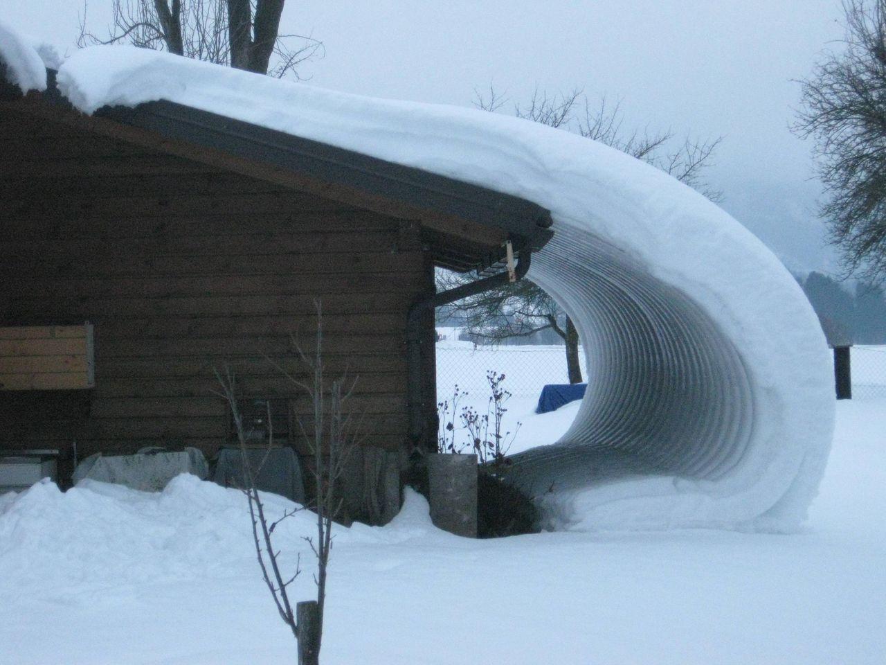 屋根からそのままの形で落ちてきた不思議な雪