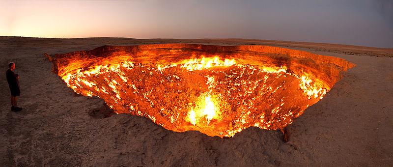 トルクメニスタンのほぼ中央に位置するDerwezeという場所にぽっかり開いた、ドア・トゥ・ヘルと