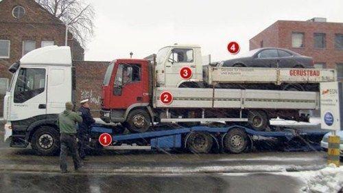 トラックの上のトラックの上のトラックの上の自動車