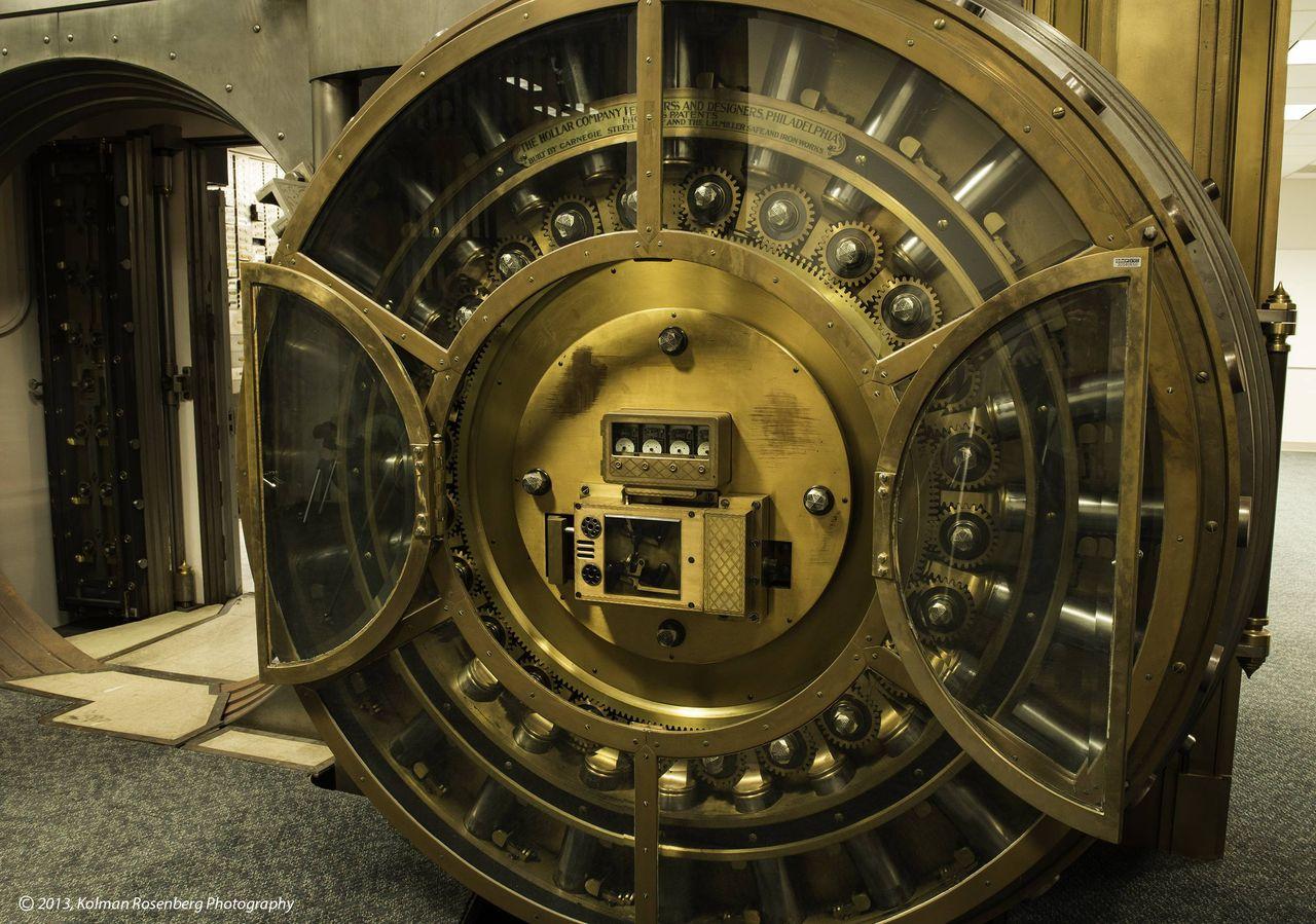 レトロな雰囲気がたまらない、古いタイプの銀行の金庫