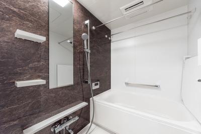 【画像】浴室のドアに無数のアレが浮かび上がっているんだが……