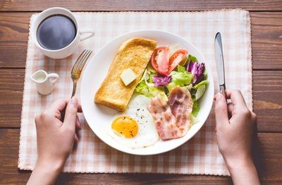 教師「今朝は何食べた?」生徒「パンとウインナーです」教師「パン食だと!?非国民め!」