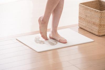 お風呂の後に足の裏の水分を吸ってくれる謎の石版